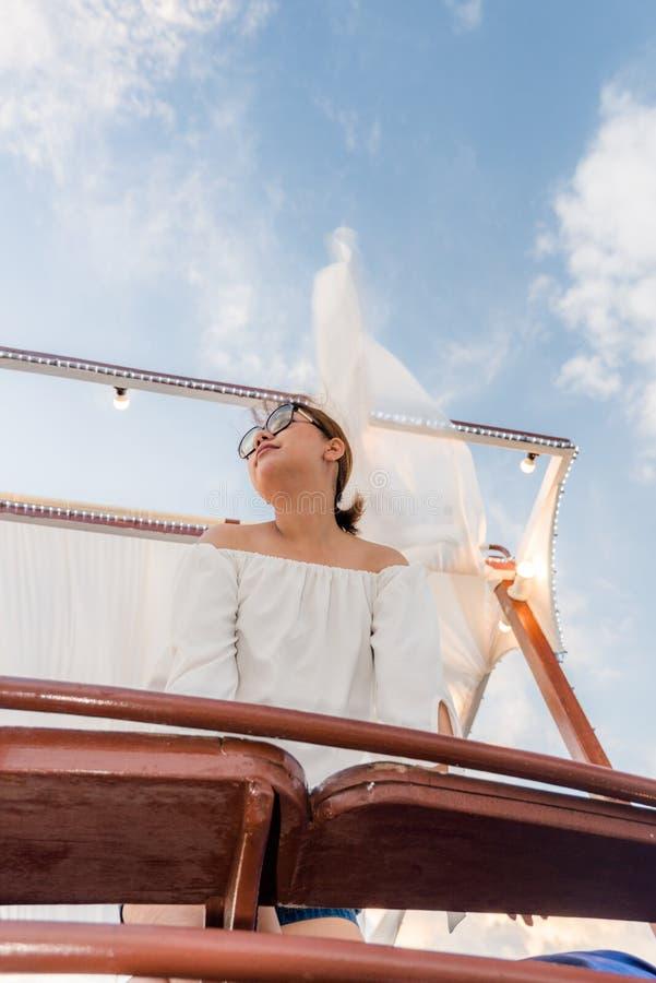 De zomervakantie, gelukkige vrouwen die op het dak van jacht bij zonsondergang ontspannen Andamanoverzees Thailand royalty-vrije stock afbeeldingen