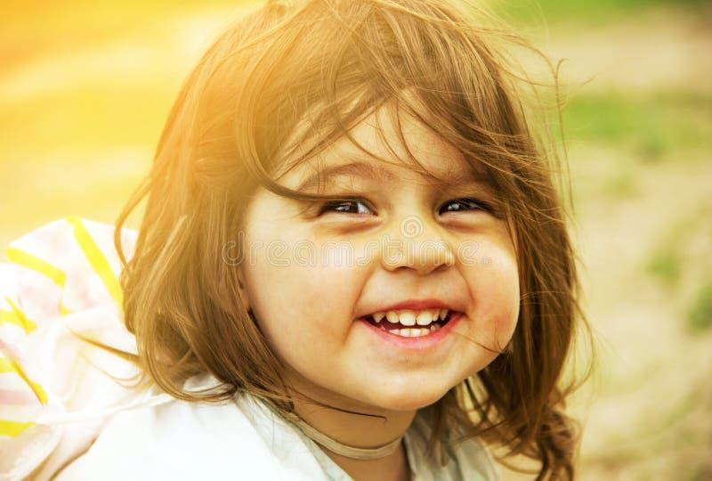 De zomervakantie - het mooie kind glimlacht gestemd stock afbeelding