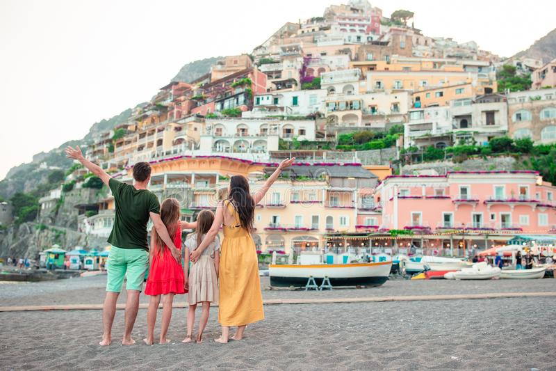 De zomervakantie in Itali? Jonge vrouw in Positano-dorp op de achtergrond, Amalfi Kust, Italië stock fotografie