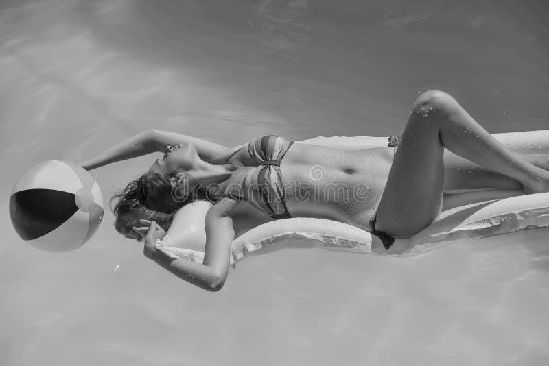 De zomervakantie op het water Jong Meisje in zwembad stock foto's
