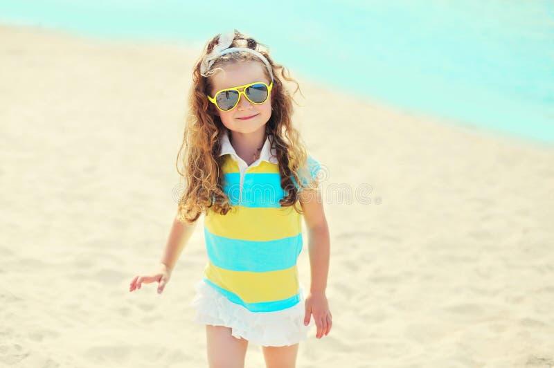 De zomervakantie, reisconcept - meisjekind op strand die zonnebril dragen stock foto's