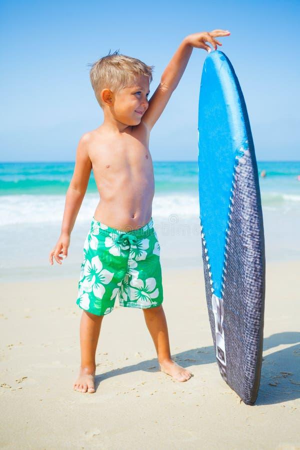 De zomervakantie - surferjongen. stock afbeeldingen