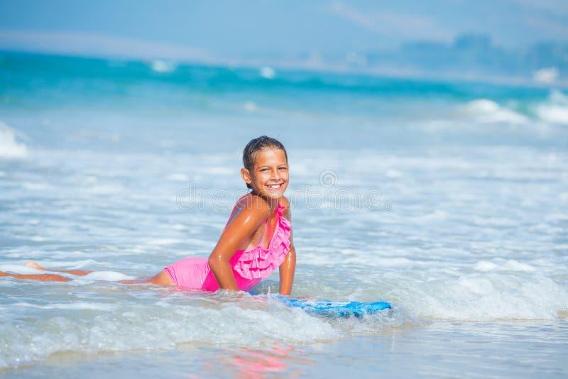 De zomervakantie - surfermeisje. stock afbeeldingen
