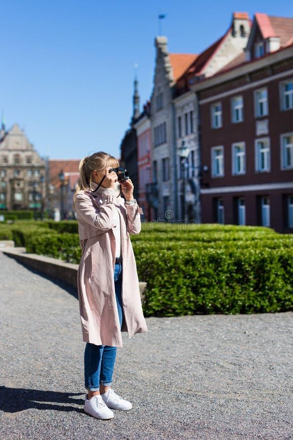 De zomervakantie, toerisme en reisconcept - vrouw die foto's van oude stad nemen stock foto