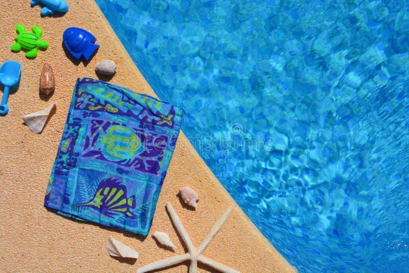 De de zomervlakte legt, blauwe als thema gehade punten door poolside, royalty-vrije stock fotografie