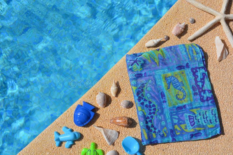 De de zomervlakte legt, blauwe als thema gehade punten door poolside, stock afbeelding