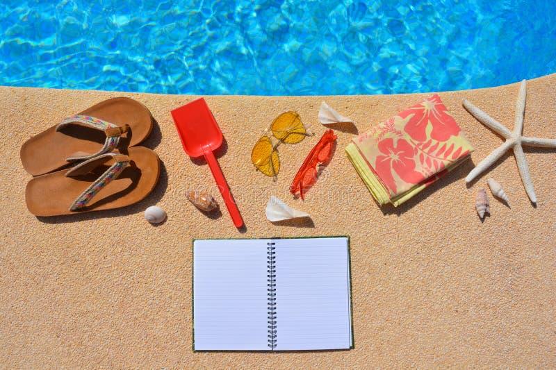 De de zomervlakte legt, cothes en toebehoren door poolside, royalty-vrije stock foto