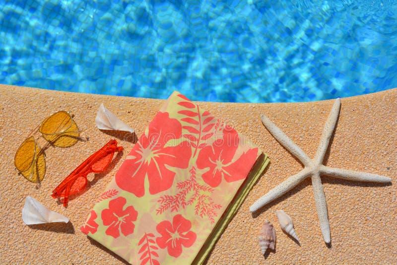 De de zomervlakte legt, cothes en toebehoren door poolside, royalty-vrije stock afbeeldingen