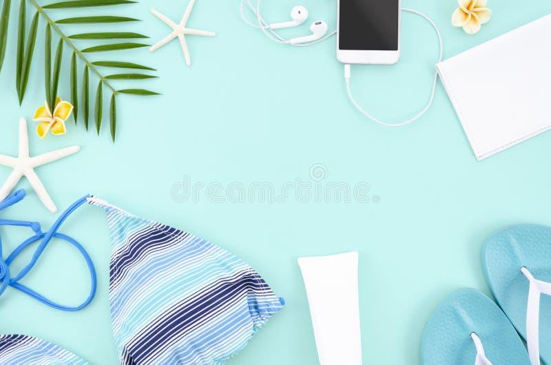 De de zomervlakte legt kader met blauwe achtergrond E r stock foto