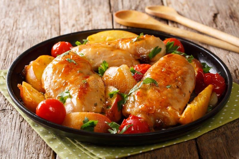 De zomervoedsel: kippenborst met verse perziken, tomaten wordt gebakken die, royalty-vrije stock foto