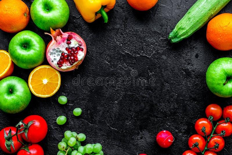 De zomervoedsel met verse vruchten en groenten hoogste meningsruimte voor royalty-vrije stock afbeeldingen
