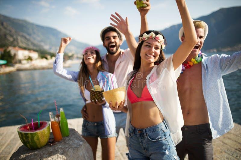 De zomervreugde en vriendschapsconcept met jongeren op vakantie royalty-vrije stock foto
