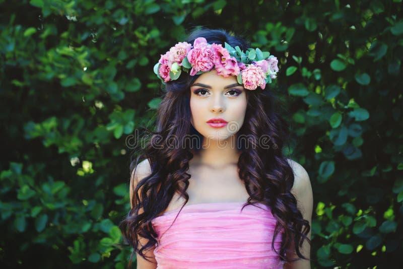 De de zomervrouw in bloemen bekroont openluchtportret royalty-vrije stock foto's