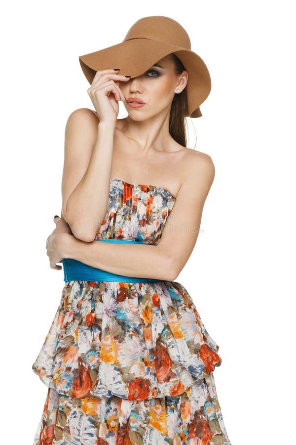 De zomervrouw in chiffonkleding en een hoed stock foto