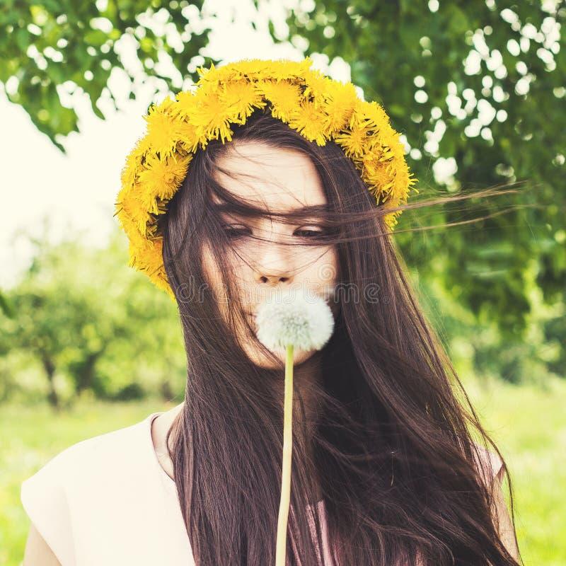 De zomervrouw in openlucht Mooie vrouw die van bloemen genieten stock fotografie