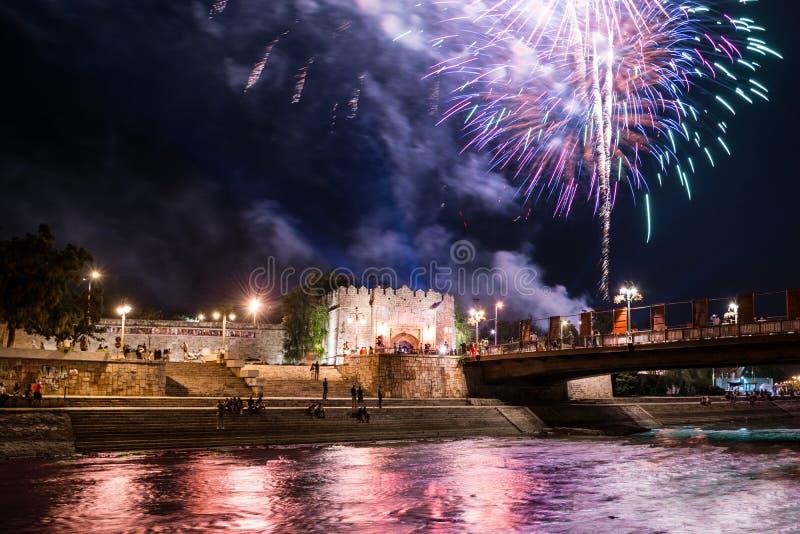 De zomervuurwerk en kleurrijke rivier op filmfestival royalty-vrije stock foto