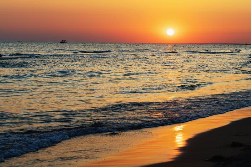 De zomerzeegezicht met mooie zonsondergang royalty-vrije stock afbeeldingen