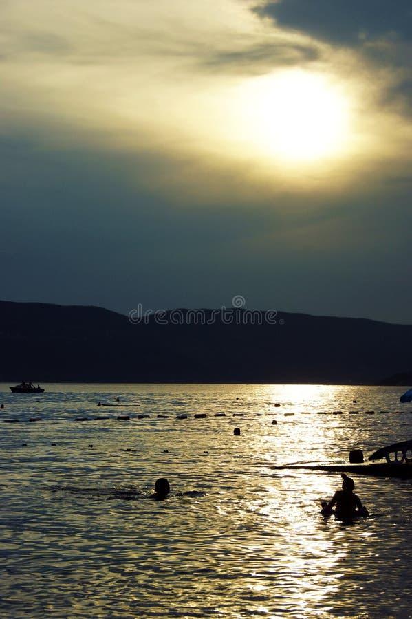De zomerzonsondergang in Kumbor, Montenegro royalty-vrije stock foto