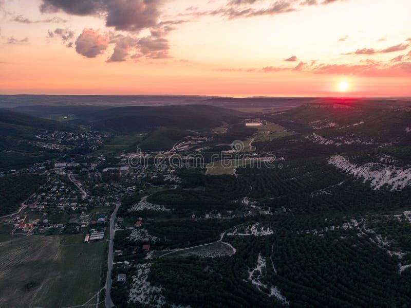 De zomerzonsondergang over het dorp crimea royalty-vrije stock foto's