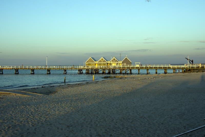 De zomerzonsondergang over de pier in Busselton, WA, Australië royalty-vrije stock afbeeldingen