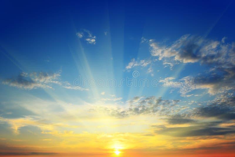 De zon boven de horizon royalty-vrije stock afbeelding