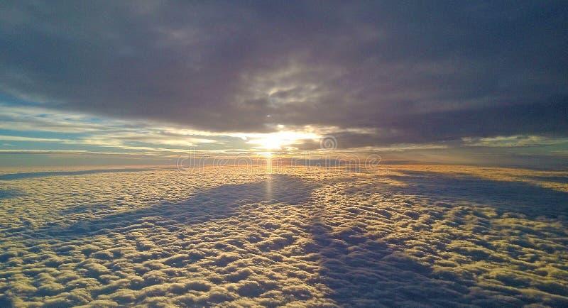 De zon is boven de wolken stock afbeeldingen