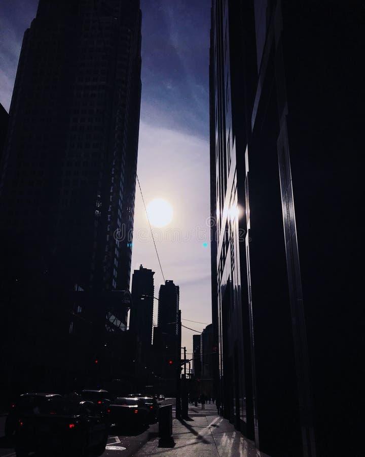 De zon daalt tussen gebouwen royalty-vrije stock foto
