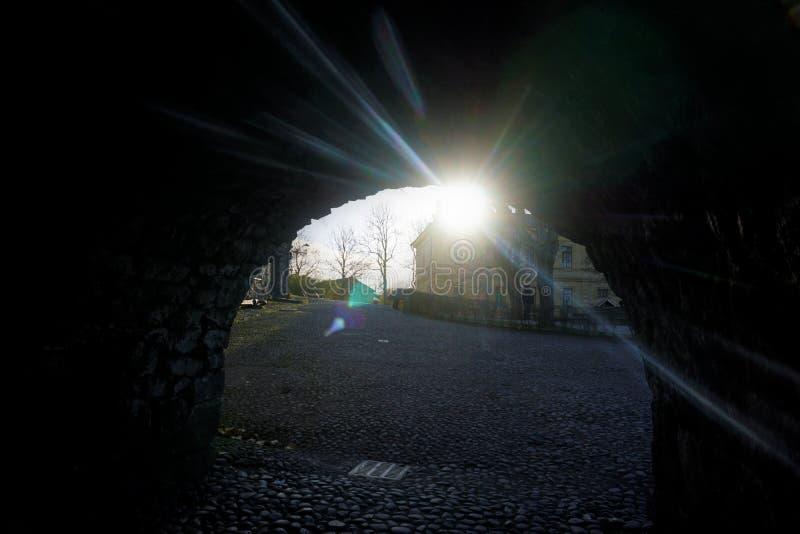 De zon die door een overwelfde galerij op Suomenlinna glanzen stock foto's