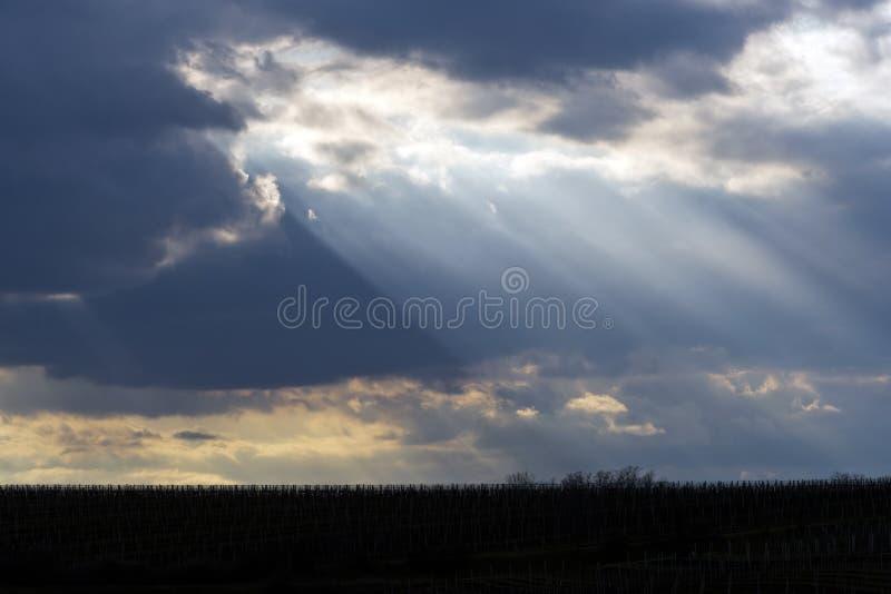 De zon die door wolken glanzen royalty-vrije stock afbeeldingen