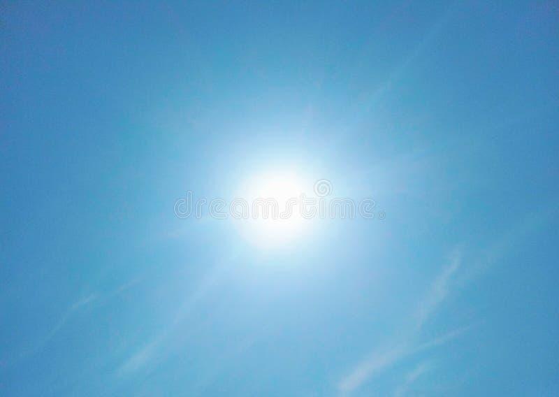De zon die helder in de hemel glanzen royalty-vrije stock foto's