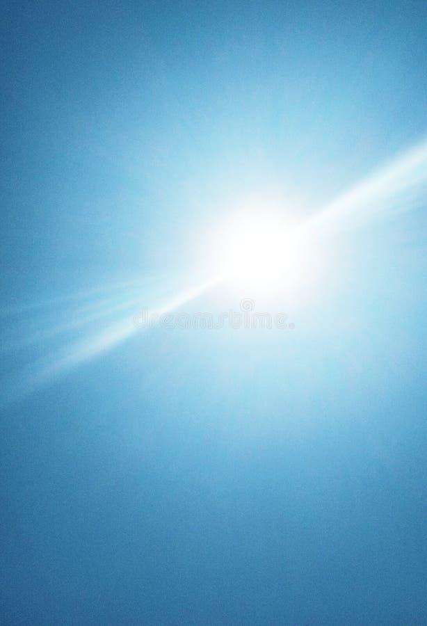 De zon die helder in de hemel glanzen stock afbeelding