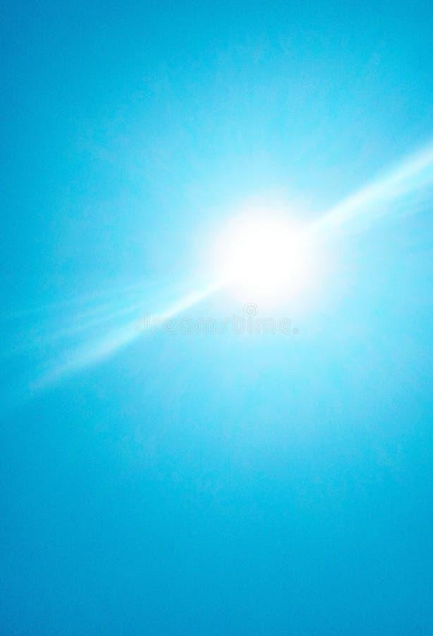 De zon die helder in de hemel glanzen stock foto's