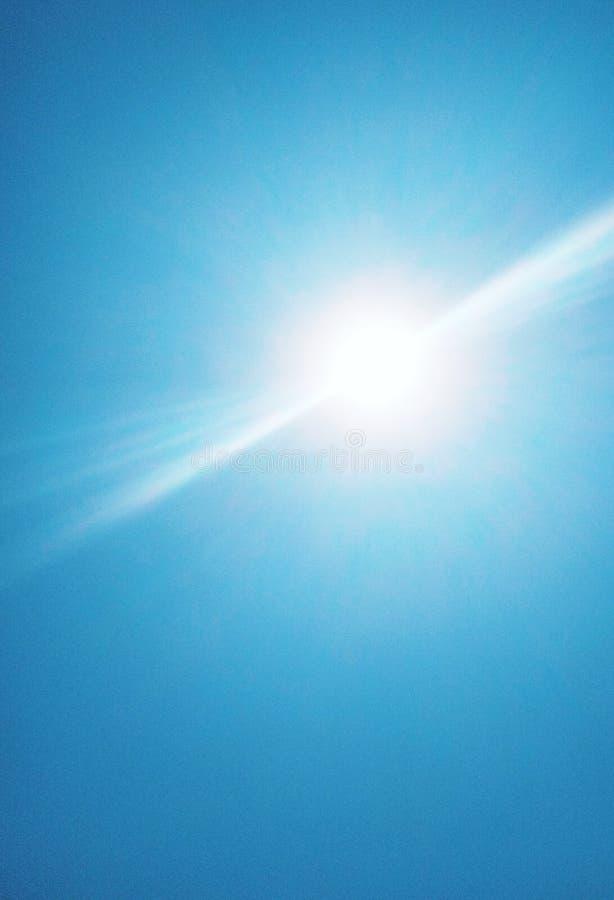 De zon die helder in de hemel glanzen stock fotografie
