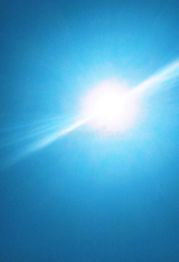De zon die helder in de hemel glanzen royalty-vrije stock foto
