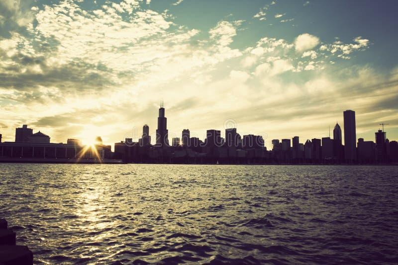 De zon die van de winter over de horizon van Chicago plaatst royalty-vrije stock afbeeldingen