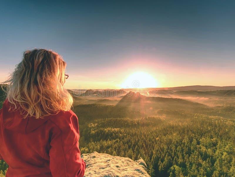 De Zon die van het meisjeshorloge bij horizon toenemen Kleurrijke de lentevallei stock foto's