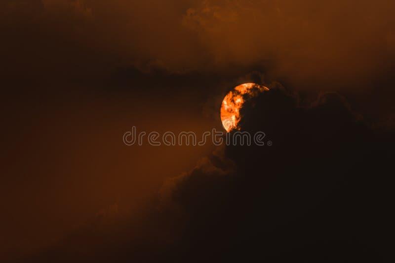 De zon en de wolken stock afbeeldingen