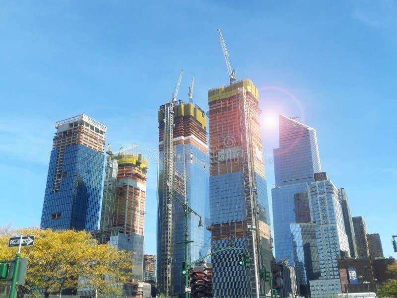De zon fasade van woningbouw met vele opslag wordt aangestoken dicht bij schroeit in Hudson Yards in de Stad die van New York stock foto's