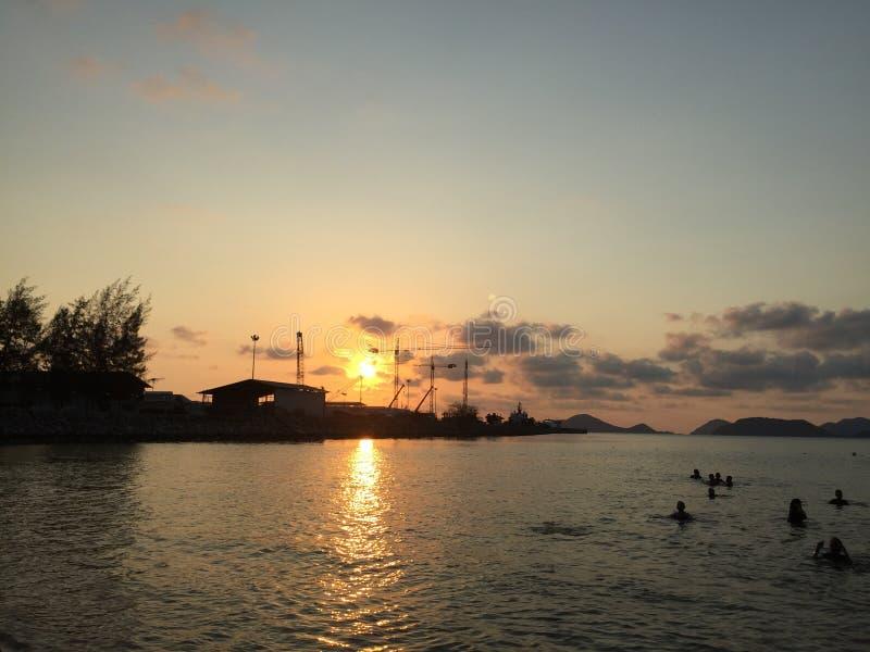 De zon gaat de horizon behandelen stock foto's