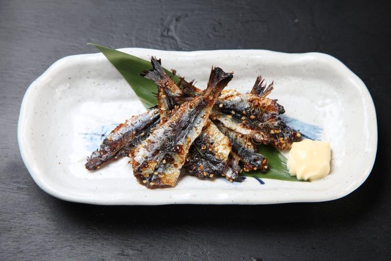 In de zon gedroogde gekruide sardines op een eettafel royalty-vrije stock foto's