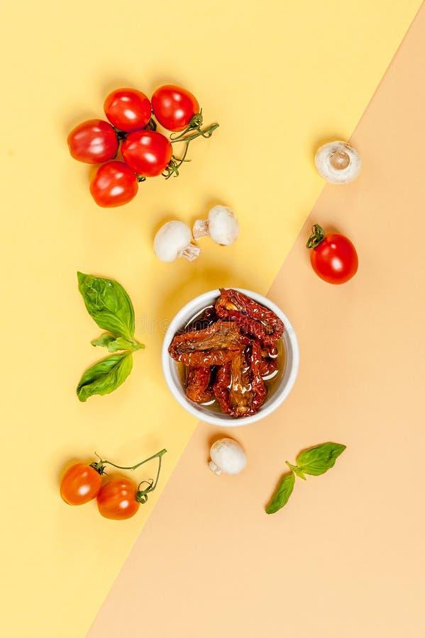In de zon gedroogde tomaten, champignonpaddestoelen, verse tomaten en bas stock afbeelding