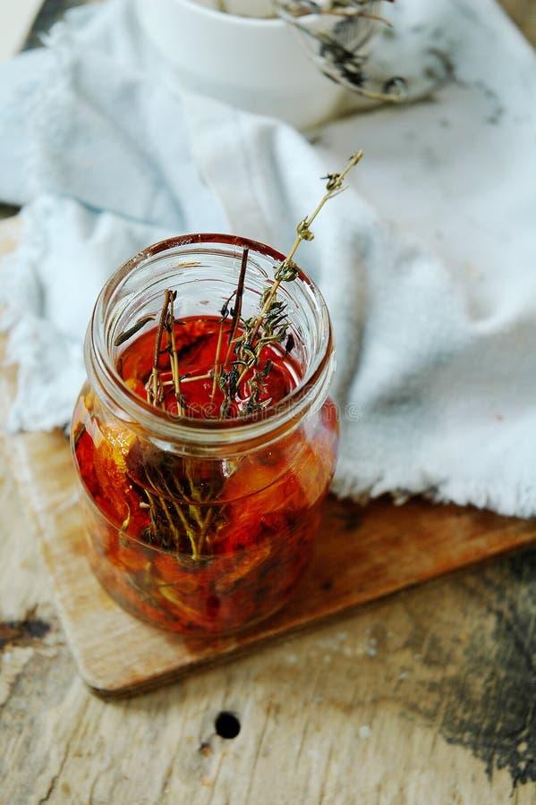 In de zon gedroogde tomaten in olie met kruiden royalty-vrije stock afbeeldingen