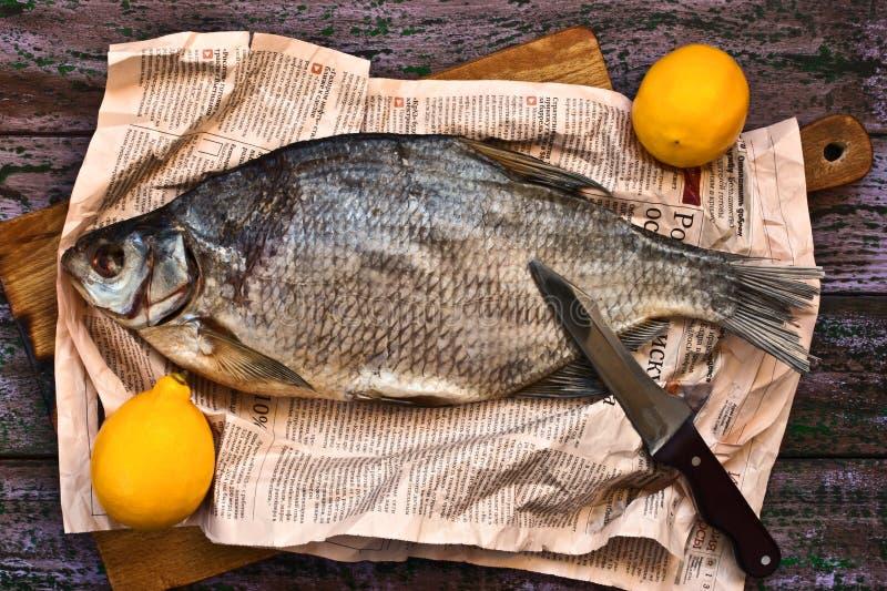 In de zon gedroogde vissen op de purpere houten achtergrond stock foto