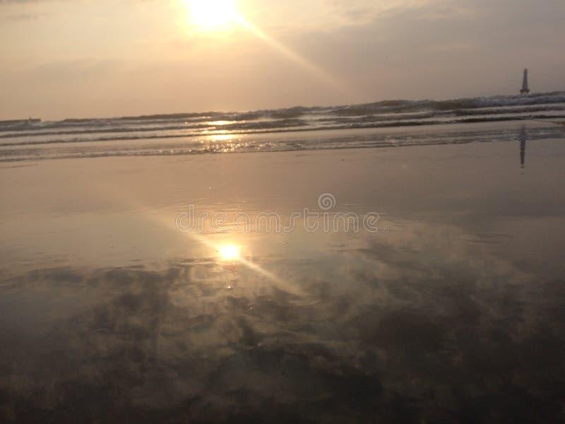 de zon glanst helder op het overzees en de hoge golven royalty-vrije stock foto