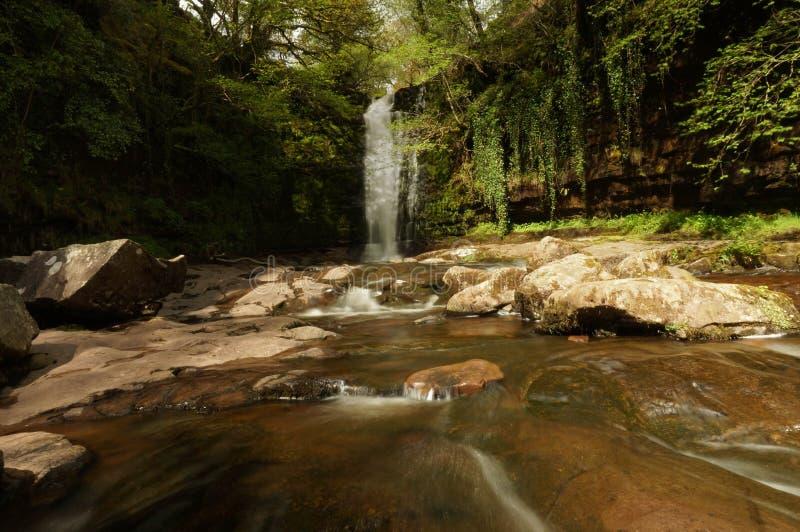 De zon glanst op Blaen y Glyn Waterfall stock afbeeldingen