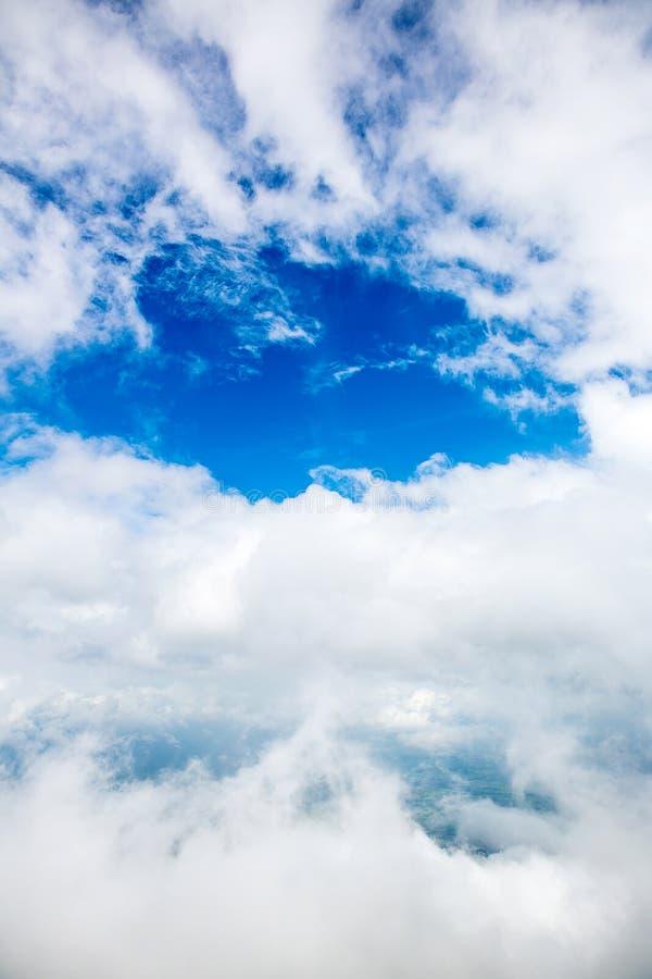 De zon glanst op de hemel van vliegtuig, Mening op vlucht, de mening van het vogeloog Over de wolken De fantastische achtergrond  royalty-vrije stock foto's