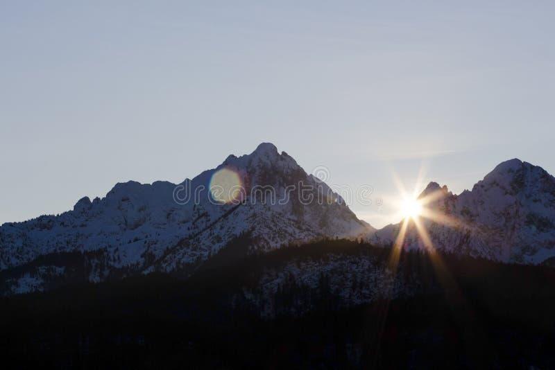 De zon glanst over de bergen royalty-vrije stock foto