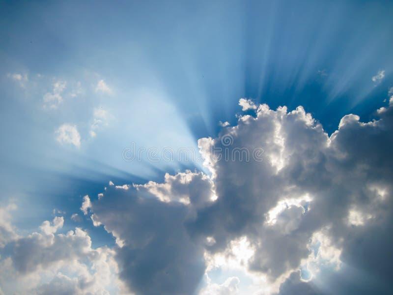 De zon glanst van achter wolken royalty-vrije stock afbeelding