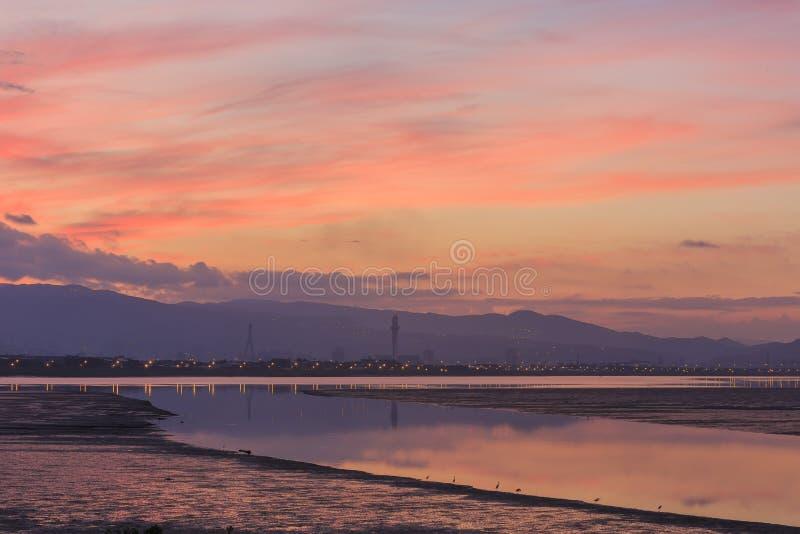 De zon heft bij Wugu-moerasland van de Nieuwe Stad van Taipeh op stock afbeelding