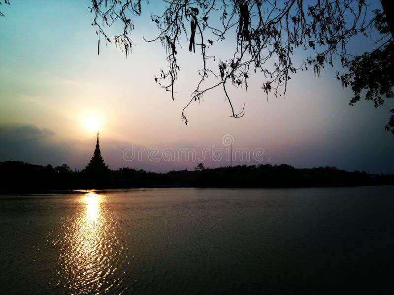 De zon & het meer stock afbeelding